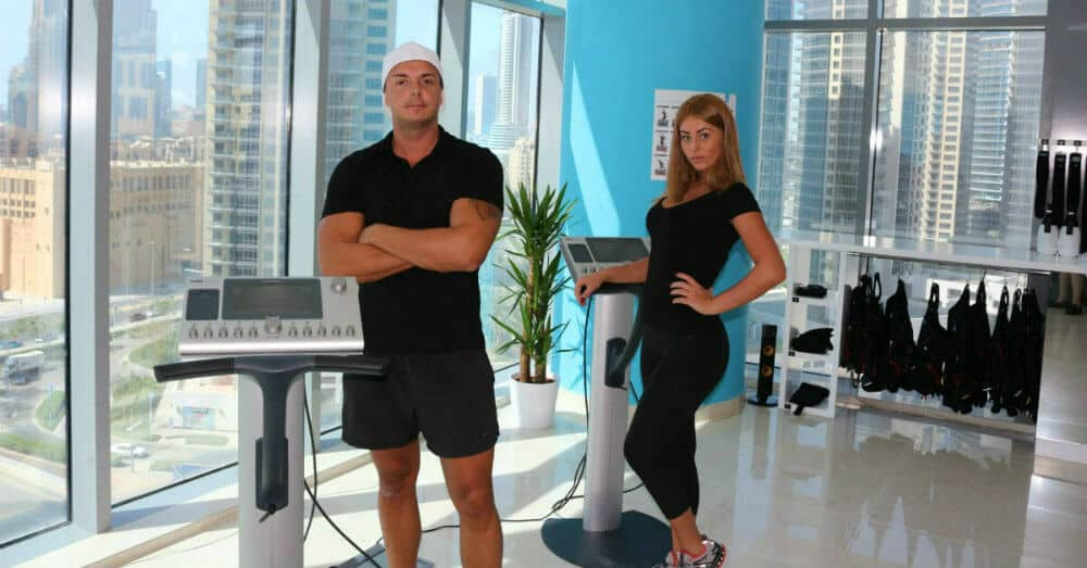 Ζευγάρι Personal Trainer σε μοντέρνο στούντιο γυμναστικής