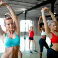 Νεαρές γυναίκες γυμνάζονται στο Γυμναστήριο